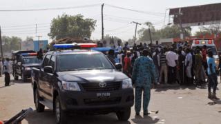Các lực lượng khẩn cấp, cảnh sát và người dân tại hiện trường sau vụ đánh bom tự sát của hai bé gái ở khu chợ thị trấn Maiduguri