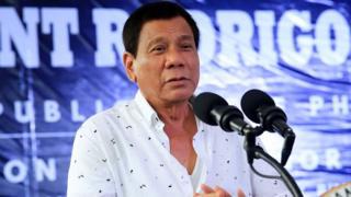 Tổng thống Philippines Rodrigo Duterte đã bỏ hút thuốc