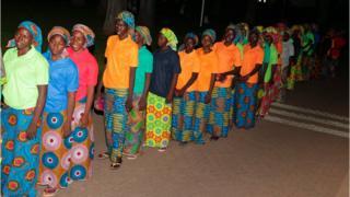 Sebagian dari 82 gadis Chibok girls yang dibebaskan menunggu untuk bertemu dengan presiden Nigeria, 7 Mei 2017.