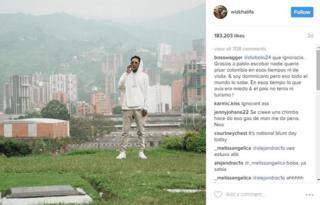 El rapero Wiz Khalifa en el cementerio de Medellín donde está enterrado Pablo Escobar.