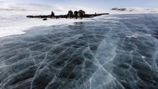 переход по ледяному озеру