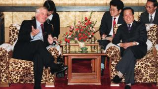 钱其琛(右)在北京接见彭定康(左)(20/10/1992)