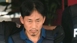 Ри Чен Чол убактылуу кармоочу жайдан ок өтпөс кемсел кийгизилип, полиция коштоосунда чыкты.