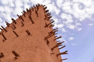 A picture taken on 2 April 2017 shows a view of the minaret of an earthen mud mosque in Agadez, in northern Niger.