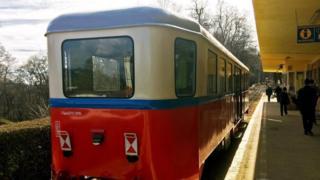 Uno de los trenes de la línea operada por niños