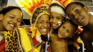 Niños brasileños con atuendos coloridos y sonriendo