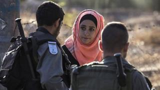 Palestinian woman and Israeli police in East Jerusalem (15/10/15)