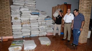 Policiais paraguaios com sacos de cédulas