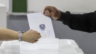 رجل يدلي بصوته في الانتخابات