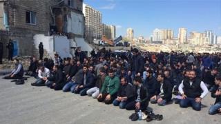 13 apreldə keçirilən etiraz zamanı dindarlar məscidin qarşısında namaz qılıblar