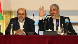 خالد مشعل (ښۍ خوا ته) قطر کې د حماس نوی منشور اعلان کړ