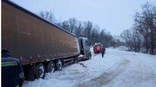 На Вінниччини вивільняли автомобілі зі снігових заметів