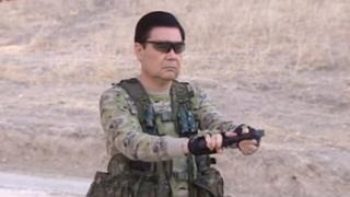'Türkmənator' silahını doldurur