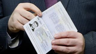 Президент Петр Порошенко получил биометрический паспорт одним из первых, в январе 2015 года