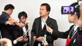 Bố Nhật Linh trả lời phóng viên tại Nhật Bản.