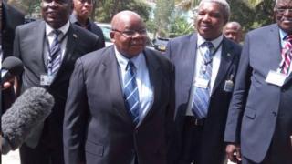 Umuhuza mu matati y'abarundi Benjamin Mkapa ( ari hagati yambaye amarore)