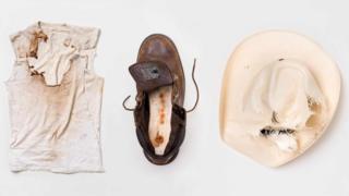 Шляпа и футболка, которые были на Хайме Сантане, и ботинок Джастина Годжера
