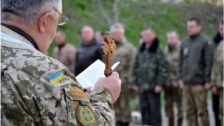 Військовий капелан проводить богослужіння на базі сил АТО у Донецькій області