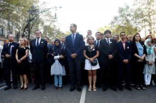 สมเด็จพระราชาธิบดีเฟลีเปที่ 6 (กลาง) ทรงพระดำเนินนำขบวนร่วมกับนายกรัฐมนตรีมาริอาโน ราฮอย (คนที่ 3 จากซ้ายมือ)