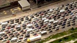 Hàng ngàn xe ra vào Anh ở cảng Dover