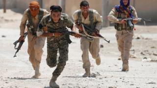3 Temmuz'da çekilen bu fotoğrafta Rakka sokaklarına giren YPG savaşçıları görülüyor.