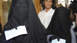 Belgiyalik ayollar burqada yurganlari uchun toʻlagan jarimalarini koʻrsatmoqdalar