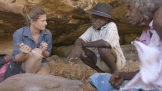 Учёные и старейшина аборигенов