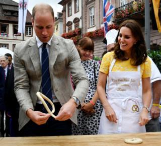 El duque y la duquesa de Cambridge intentaron hacer pretzel en su visita a Heidelberg, en Germany. La pareja real y sus dos hijos fueron en una gira por Polonia y Alemania a petición del ministerio de Exteriores británico.