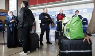 Booliiska rabshadaha ka hortaga oo gaafwareegaya dibadda garoonka diyaaaradaha ee Orly airport
