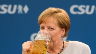 Canciller alemana Angela Merkel toma cerveza en Múnich el 28 de mayo de 2017