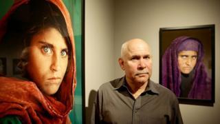 Стив Маккари с двумя фотографиями Шарбат Гулы