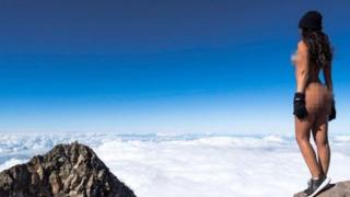 La modelo neozelandesa Jaylene Cook posa desnuda en la cima del Monte Taranki, Nueva Zelanda.