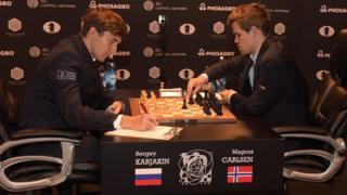 Претендент на звание чемпиона мира россиянин Сергей Карякин (слева) и действующий обладатель титула норвежец Магнус Карлсен