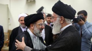 ابراهیم رئیسی ۱۴ ماه پیش با حکم آیتالله علی خامنهای به عنوان متولی نهاد پرنفوذ و ثروتمند آستان قدس رضوی معرفی شد