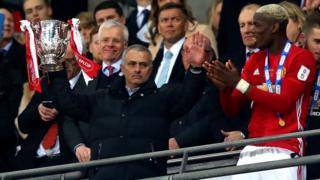 Jose Mourinho nâng cúp EFL cùng Paul Pogba ngày 26/2 tại sân Wembley
