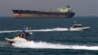 """سفينة أمريكية """"تغير مسارها"""" تجاه زوارق إيرانية"""