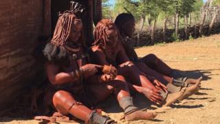 Dumarka qawmiyadda Himba ayaa maalinkaste isqurxin ahaan u marsada wax guduudan