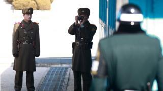 Пограничники на границе двух Корей