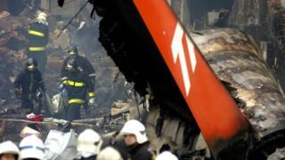 Bombeiros trabalhando no prédio da TAM