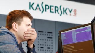 Un empledo en la sede de Kaspersky en Moscú.