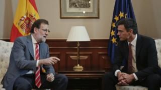 Spanish acting Prime Minister Mariano Rajoy (L), speaks with Socialist party leader, Pedro Sanchez (R) (12 July 2016)