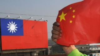 中國國旗與台灣國旗。