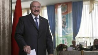 Belarusian President Alexander Lukashenko casts his ballot during parliamentary elections in Minsk (11 September 2016)