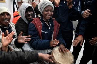 мигранты на борту MV Aquarius