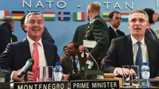 Екс-прем'єр Чорногорії Міло Джуканович (зліва) і генсек альянсу Єнс Столтенберг на саміті НАТО