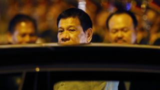 Filipinler Devlet Başkanı Rodrigo Duterte Laos'ta makam aracına biniyor.