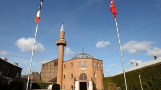 Cami Belçika Türk bayraklı
