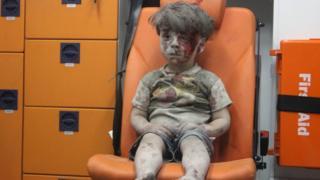 5 yaşındaki Ümran, ambulansta kanlar içinde hastaneye götürülmeyi bekliyor.