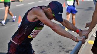 Yohann Diniz se detiene durante su marcha de 50 kilómetros