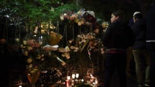 "цветы и свечи у концертного зала ""Батаклан"""